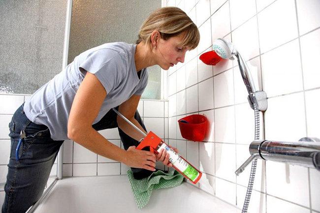 как очистить герметик от ванны